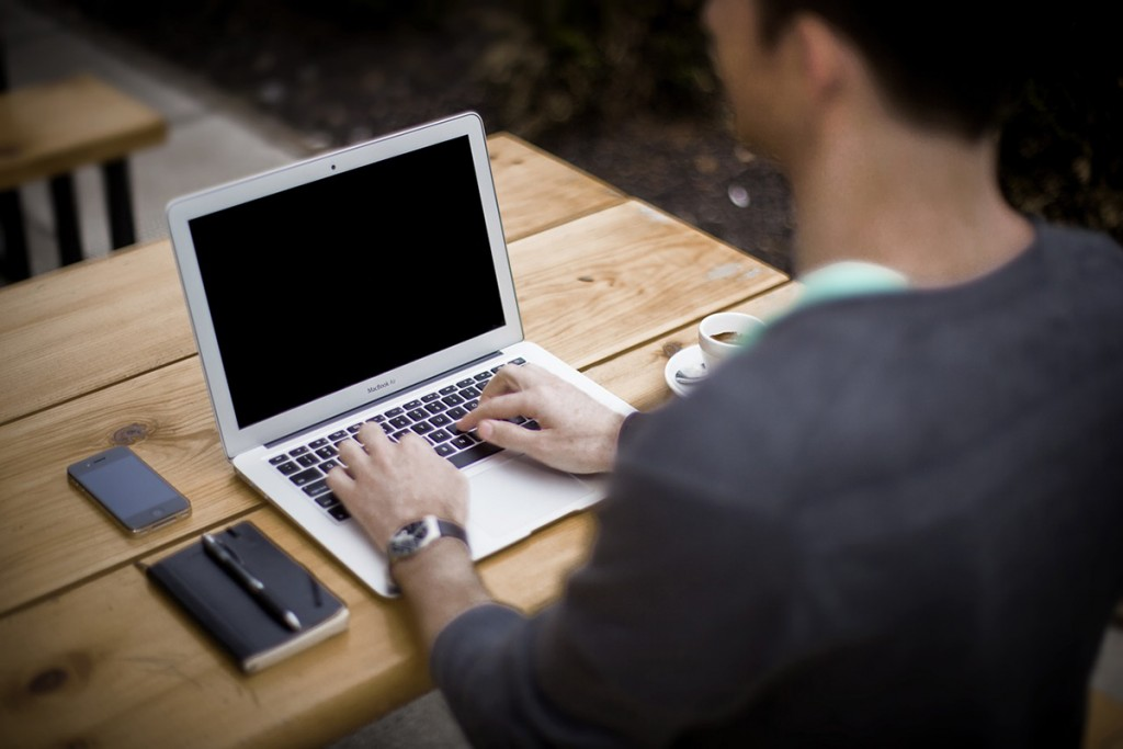 ブログは簡単な内容でも良いので毎日更新すべきなのか、ある程度内容をためて質の良さそうな記事を書いた方が良いのか