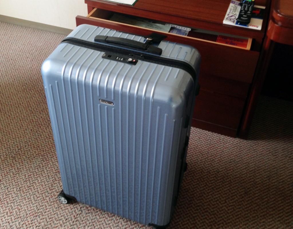 リモワ サルサエアー(RIMOWA SALSA AIR)のキャリーバッグのロゴが早くも取れて何のバッグか解らなくなった